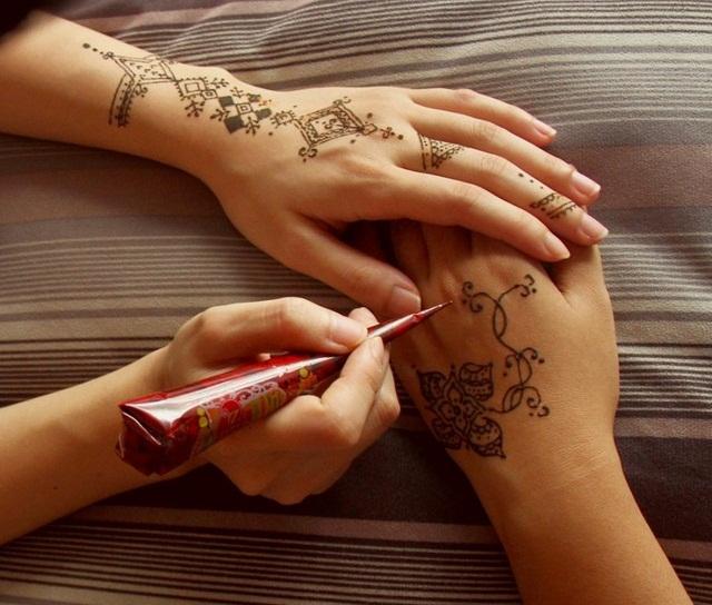 khoe hinh xam henna ruc ro ben bo bien 2