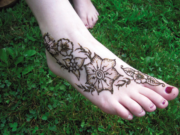 khoe hinh xam henna ruc ro ben bo bien3