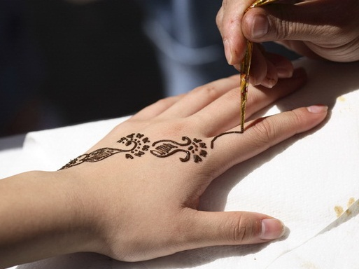khoe hinh xam henna ruc ro ben bo bien4